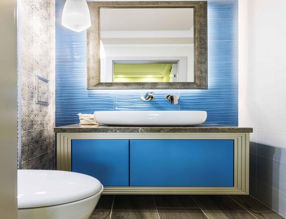 Синя пролет в родителската тоалетна