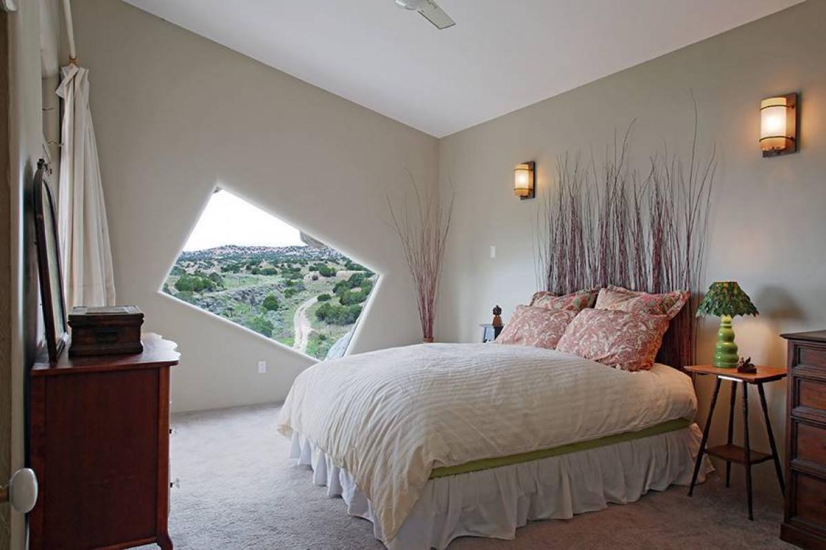 Мансарда, превърната в романтична спалня