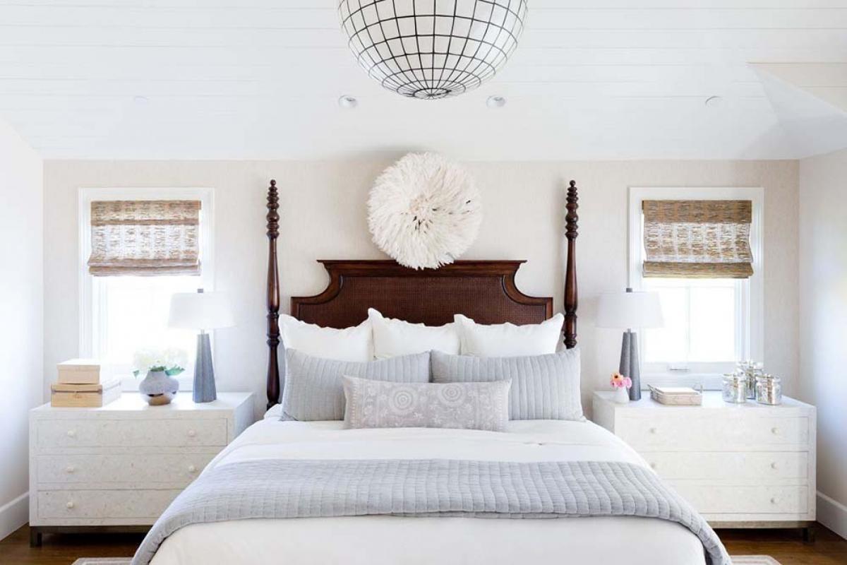 Бяла спалня с дъх на море и слънчево докосване
