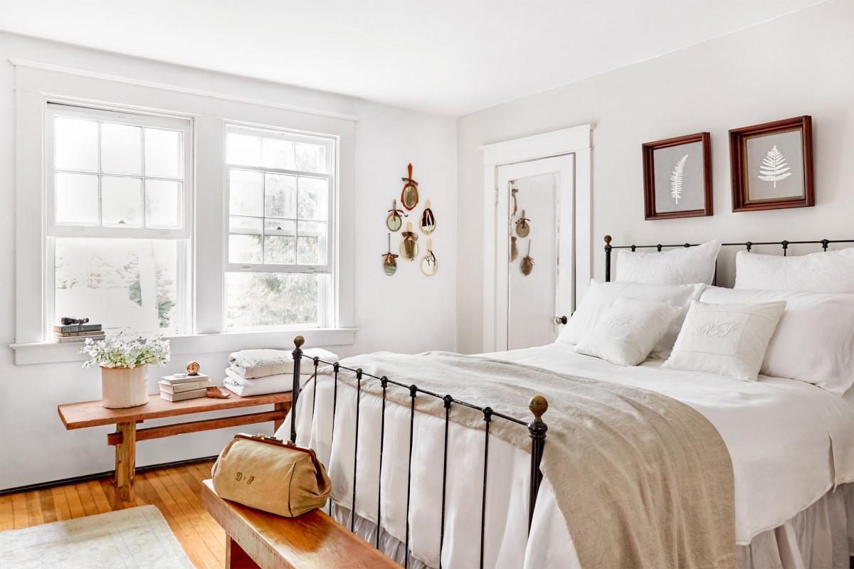 Спалня в бяло - семпло, изчистено и много красиво!