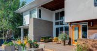 Впечатляваща двуетажна къща в модерен стил