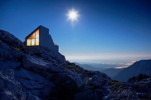 Модерен планински заслон с впечатляваща архитектура