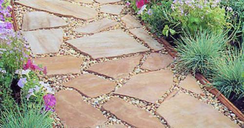Градинска пътека с плочи от естествен камък