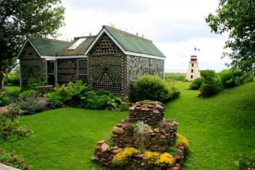 Уникална къща, построена с хиляди стъклени бутилки