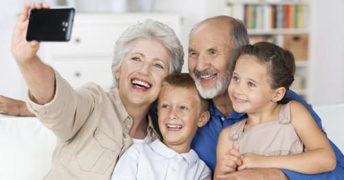 Баба и дядо в наши дни - с кой подарък да ги вкараме в крак с времето