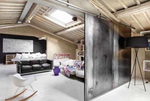 Съвременно мансардно жилище с мебели от палети