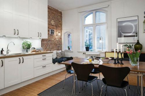 Голямата кухня в малкия 46 квадратен апартамент