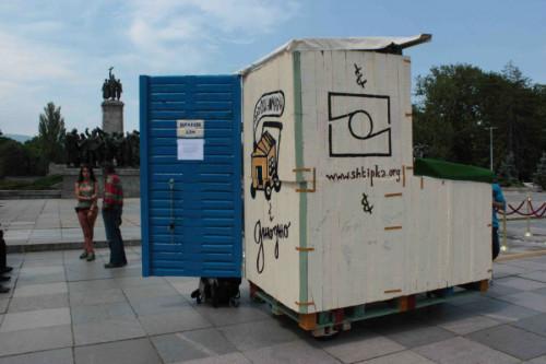 Активисти набират пари за мобилни къщи и бани за бездомни