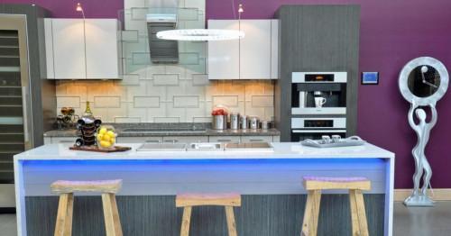 Кухня с лилави стени