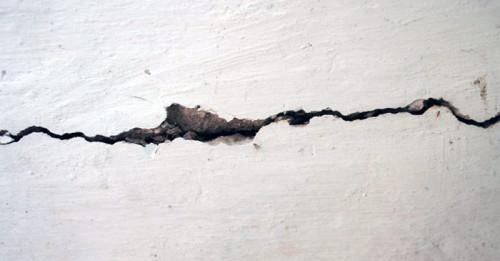 Как да отстраните големи пукнатини в стената