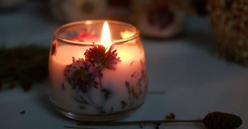 Направи си сам: Флорални свещи с изсъхнали цветя