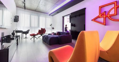 Модерен черно-бял апартамент с неонови светлини