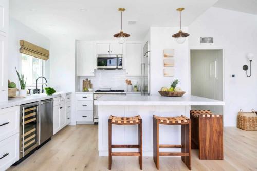 Как да освежим бялата кухня?