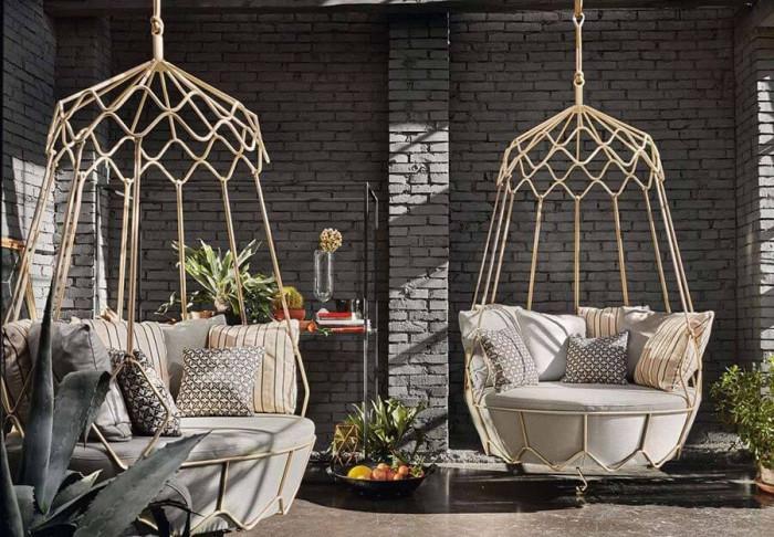 Поставете висящ стол в градината, така че да я направите по-гостоприемна