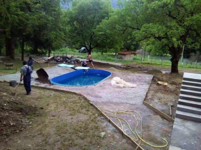 Стъпка 4: Монтирайте басейна и помпата