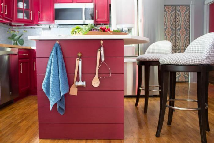 В кухнята: Закачете някои прибори отстрани на кухненския остров