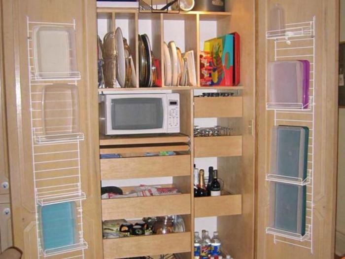 9. Вътрешната страна на вратичките на шкафовете