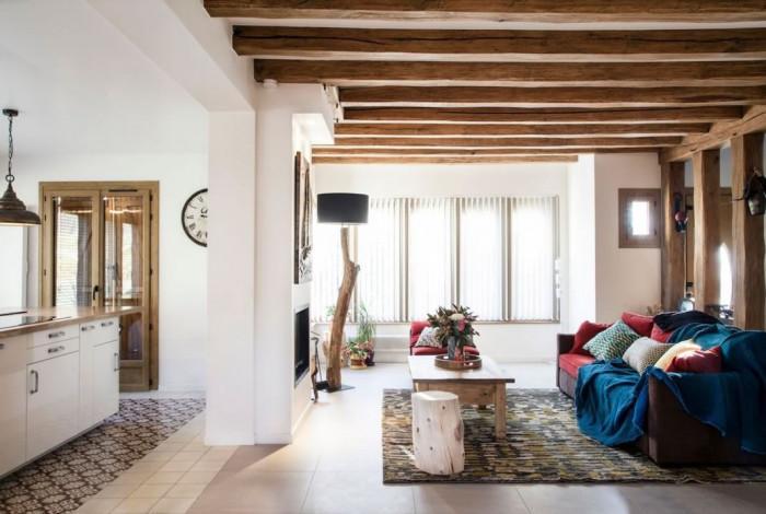 Премахната стена отваря просторна кухня и влива светлина в дневната!