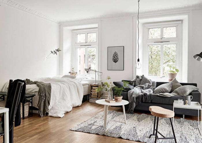 Поставете меки одеяла и декоративни възглавнички в хола