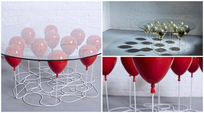 Високо в небето с маса, която се крепи върху балони