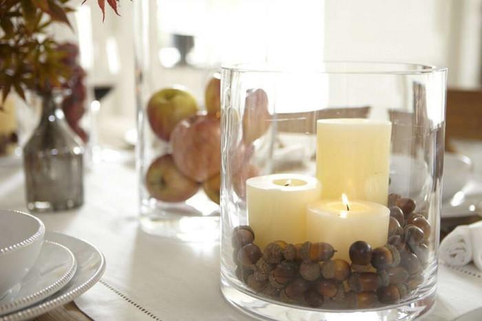 За финал декорирайте със свежи цветя или уникални свещници