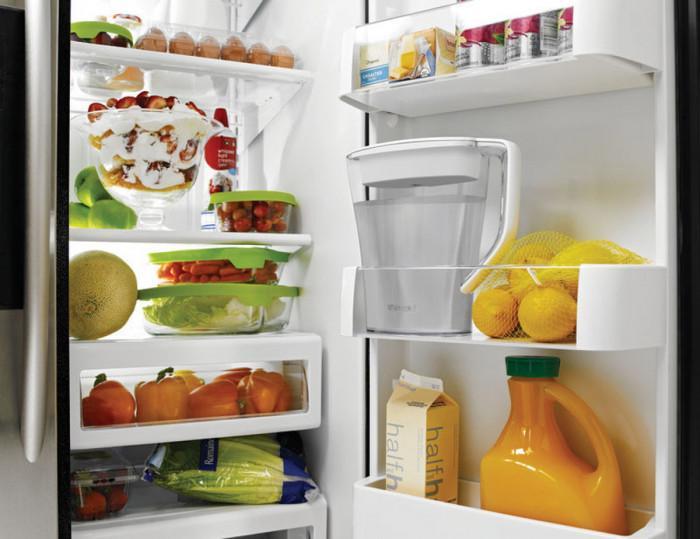 Дръжте бутилка с вода в хладилника