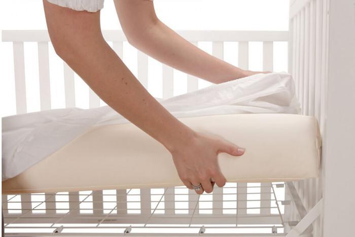Матракът трябва плътно да приляга в креватчето и да е изграден от качествени материали