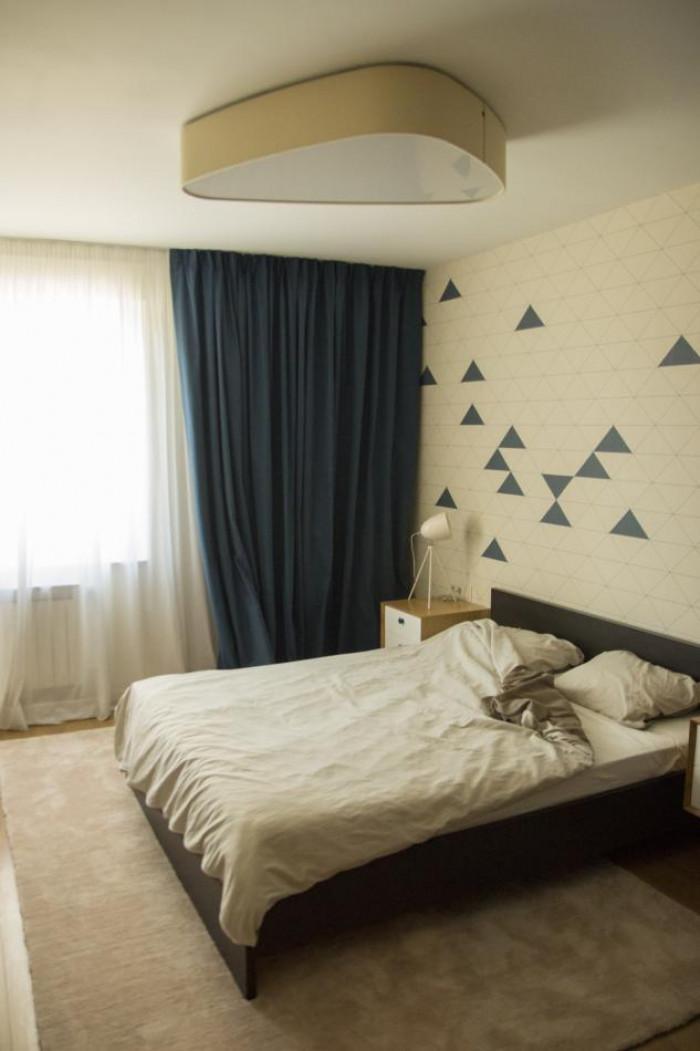 Спалнята е решена в спокойно тъмносиньо и сметан