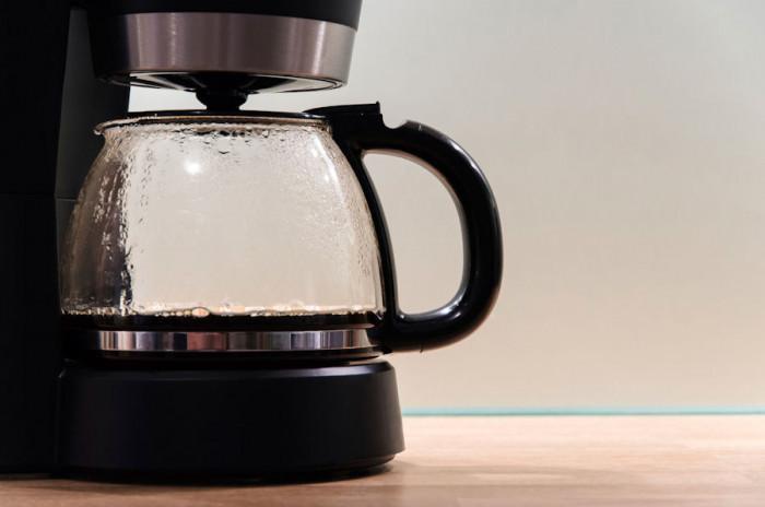 Лед, лимон и сол за лесно почистване на каната за кафе