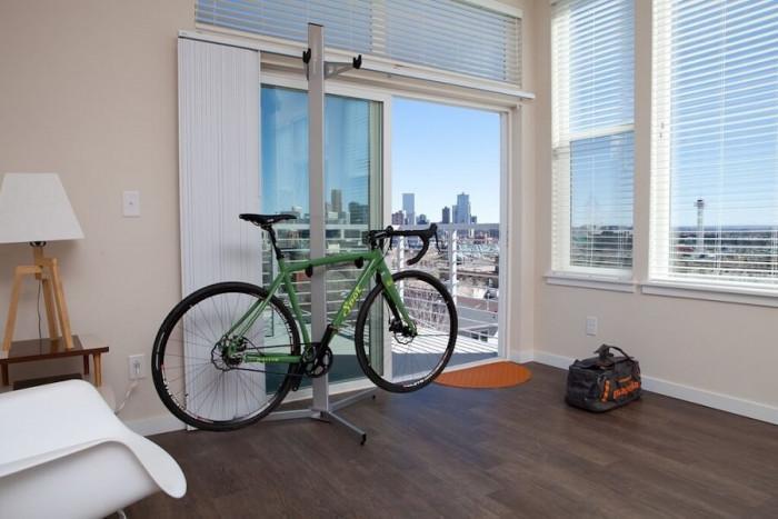 Окачете колелото на специална стойка