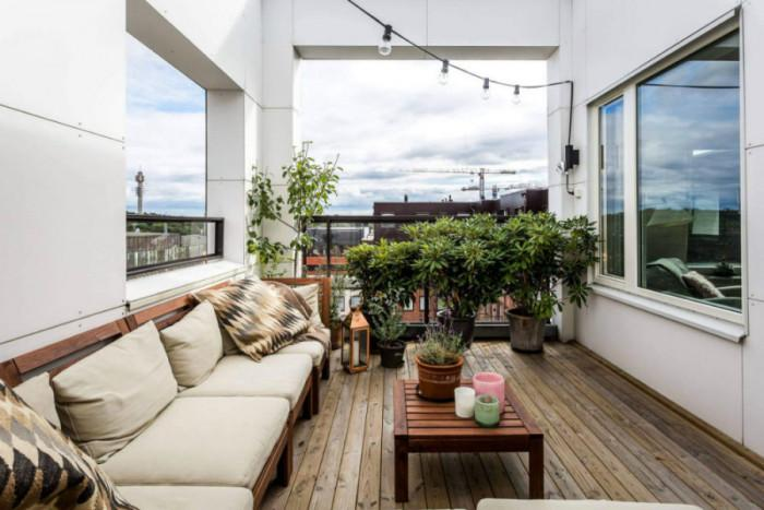 Просторна тераса, уединена със зелени плетове