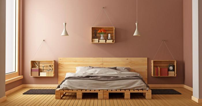Дървото от палетите придава особена топлина в спалнята
