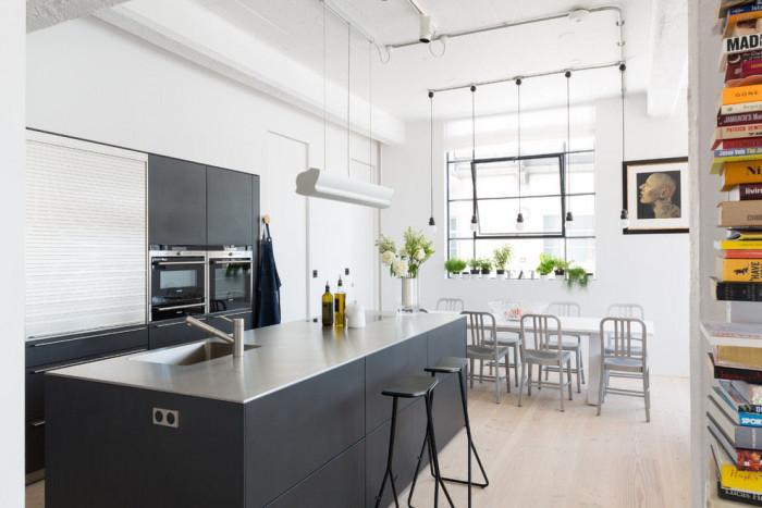 Семпла кухня със светла трапезария