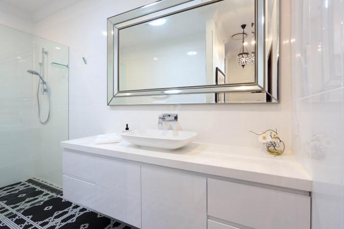 Придайте завършеност на помещението с класически огледала за баня с рамка