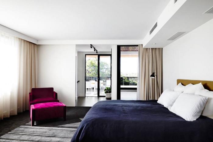 Красива спалня с цветен щрих