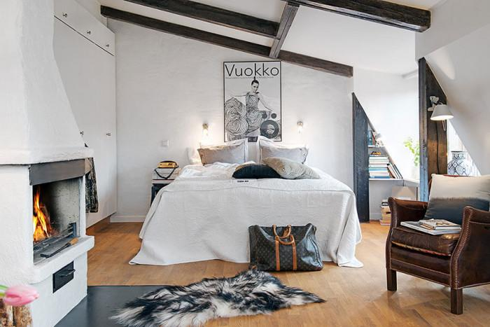 Уютната спалня е сгушена в дъното на общото помещение