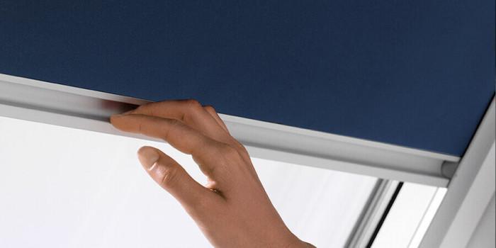 Затъмнителните щори VELUX са лесни за монтаж и удобни за използване