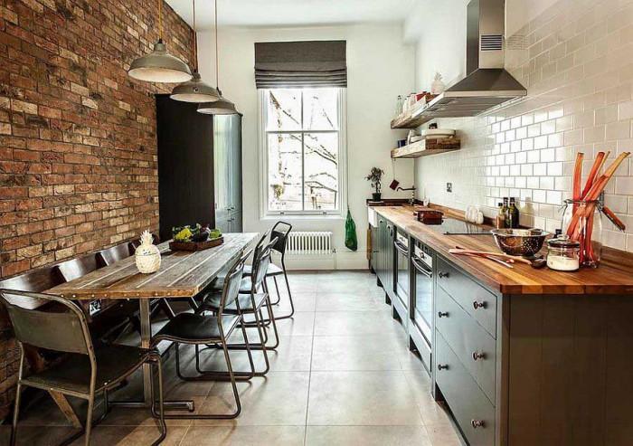 Дълга и тясна кухня в индустриален стил