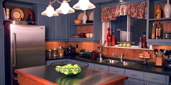 Как съчетаваме тъмно дърво и синьо в малки и големи кухни