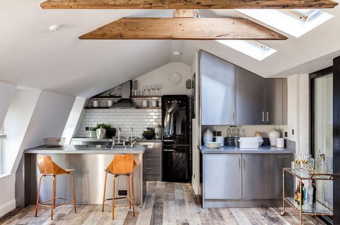 Малка мансардна кухня в индустриален стил
