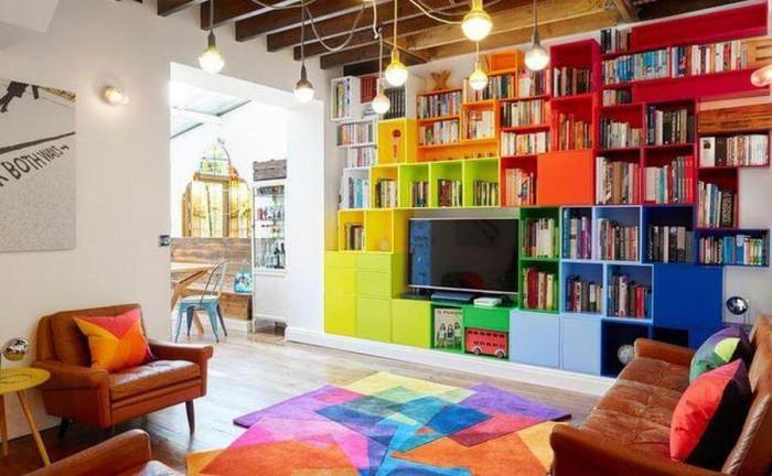 Очарователната цветна библиотека в дневната