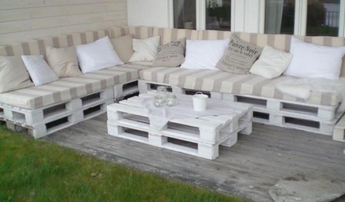 Вътрешен двор в градски стил с мебели от палети