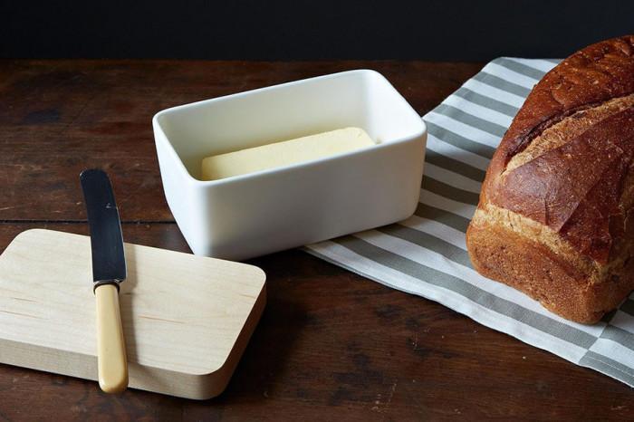 Порцелановата кутия за масло придава естетика на цялата кухня
