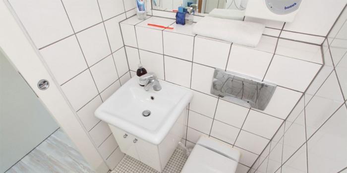 Изцяло бяла и функционална баня