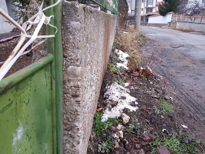 текущо състояние на оградата - наклонена към улицата