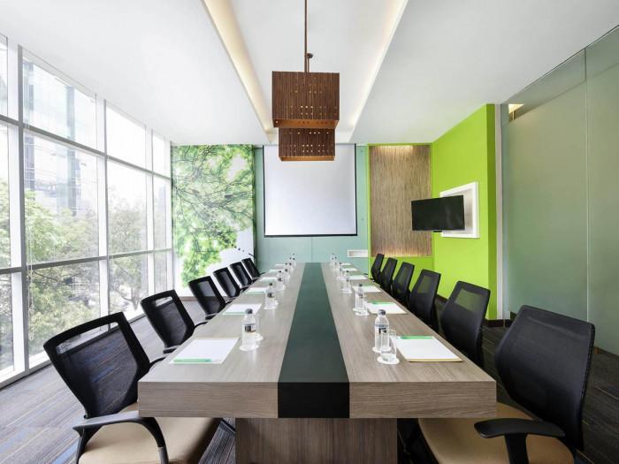 Столове в офиса – цветовата гама може да варира
