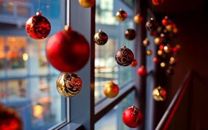 Топките на прозорците за зимните празници винаги изглеждат оригинално