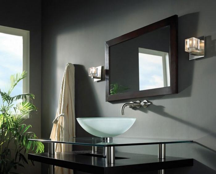 Лампи от двете страни на огледалото
