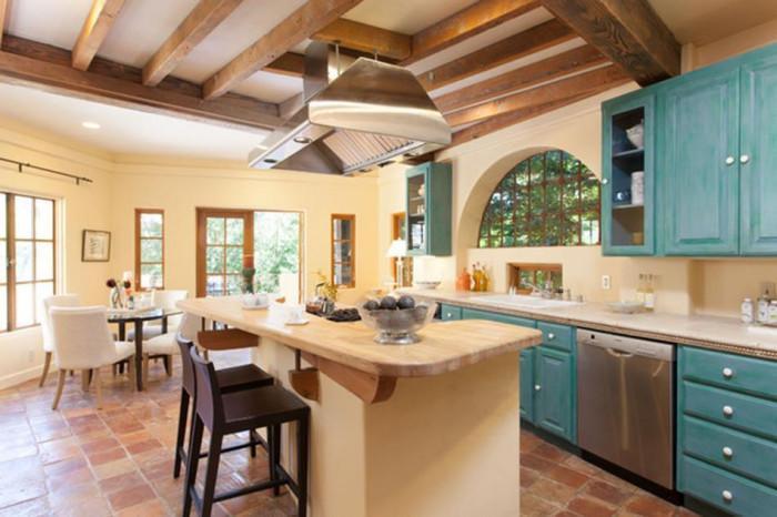 Отделете специално внимание на масата - неразделен елемент в кухнята