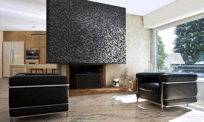 Мозайка в дневната – обърнете внимание на камината и стените